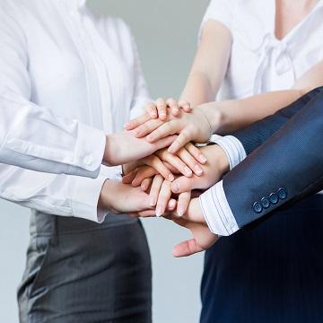 хора са поставили ръце една върху друга