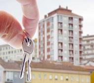 ръка държи ключове за апартамент