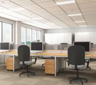 офис с бюра и компютри