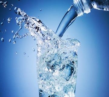 вода в чаша